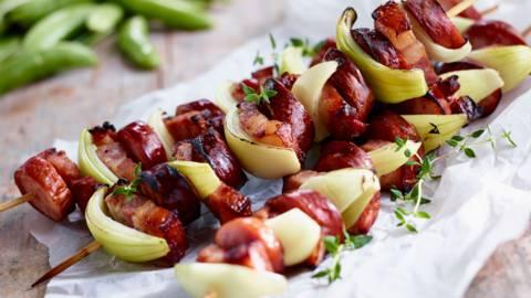 Grilani ražnjići od slanine i kobasice