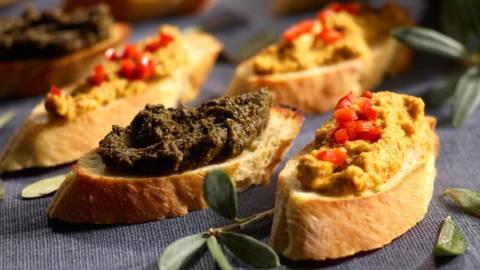 Prženi komadići kruha s crnom i zelenom tapenadom - namazom od maslina