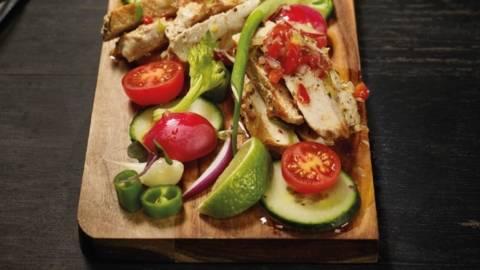 Marinirani svinjski odrezak na salati
