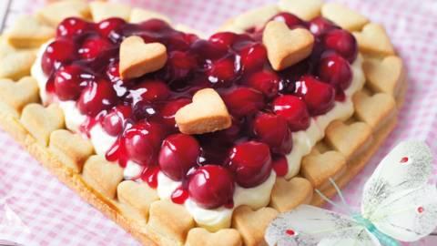 Tart u obliku srca s višnjama