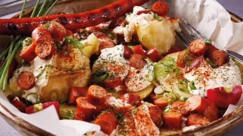 Krumpir u foliji s pečenim kobasicama i umakom od kiselog vrhnja i bilja by David Skoko