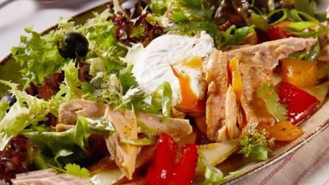 Šarena salata s grilanim povrćem, poširanim jajem i mariniranom tunom