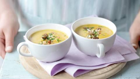 Indijska juha od currya s topingom od orašastih plodova i grožđica