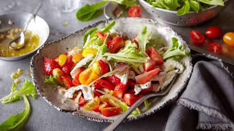Šarena salata od rajčica i jagoda