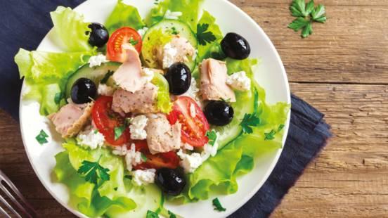 Grčka salata s  dimljenom tunjevinom