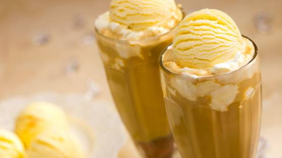 Kava sa sladoledom i šlagom