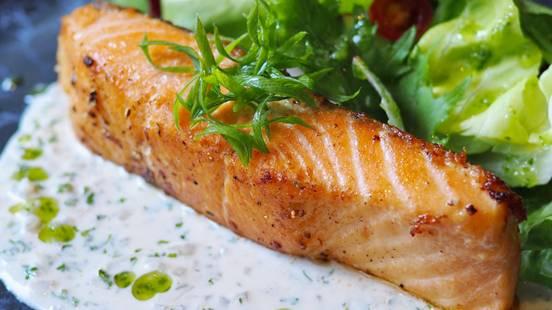 File lososa sa krostom od rajčica i bilja, sotirano povrće i umak od bijelog vina