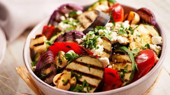 Salata od grilanog povrća sa sirom feta i umakom od meda