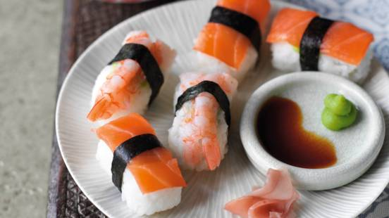 Nigiri sushi s dimljenim lososom i kozicama