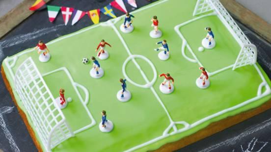 Kolač u obliku nogometnog igrališta