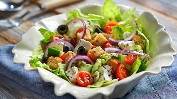 Mediteranska salata od sira i maslina