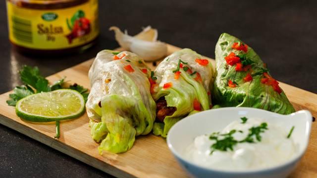 Wrap od zelene salate, pikantne puretine i limete