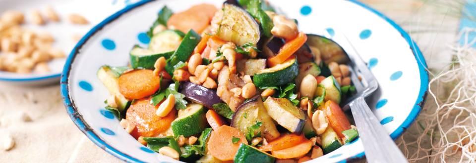 Povrtna salata s preljevom od kikirikija