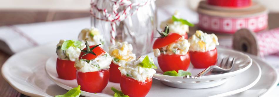 Mini rajčice s karameliziranim lukom i svježim kozjim sirom