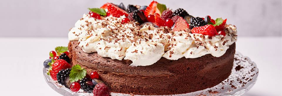 Čokoladni kolač s mascarpone kremom i bobičastim voćem