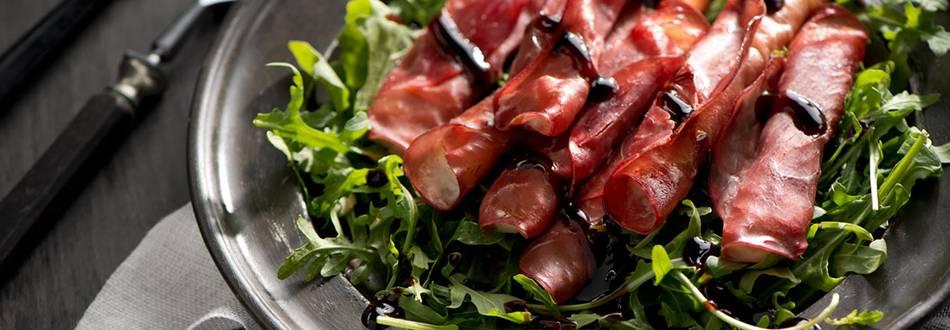 Salata od rikole s toplom mozzarellom u šunki bresaola