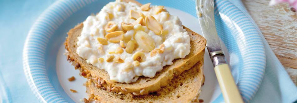Kruh od cjelovitih žitarica s kremom od banana i orašastih plodova