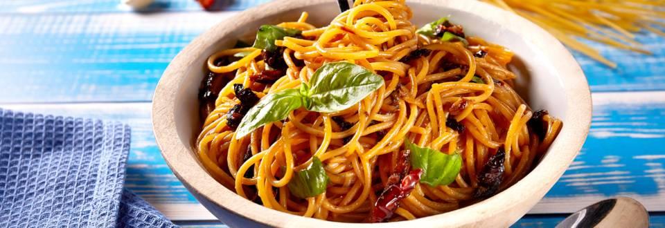 Spaghetti Aglio-Oglio sa sušenim rajčicama i bosiljkom